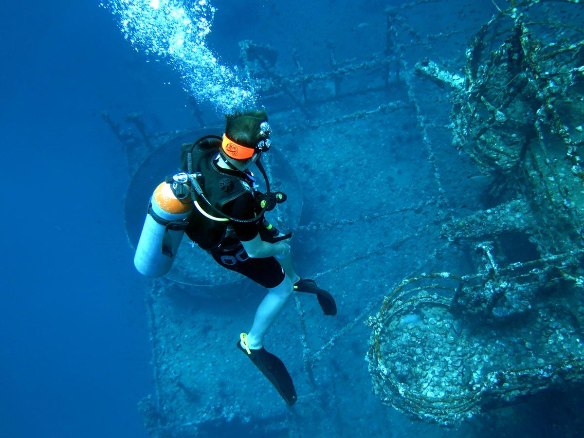 在玛岛海域周围的沉船潜水
