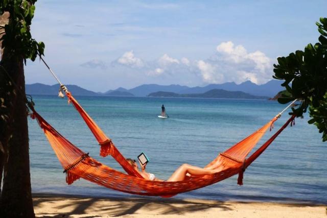 在一个玛岛沙滩上的吊床放松
