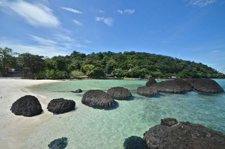 玛岛上令人叹为观止的海滩和岩石