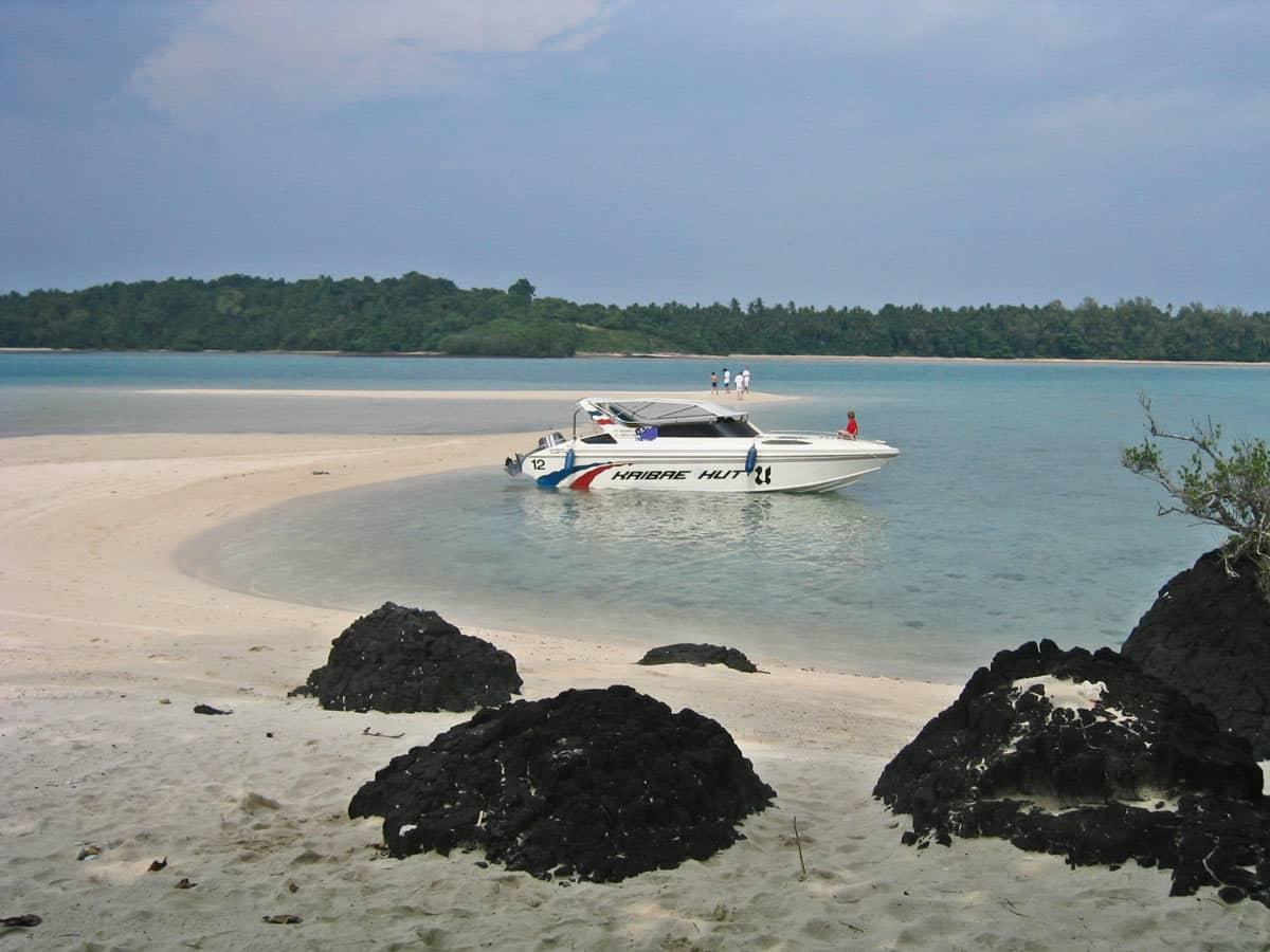 用快艇前往玛岛的其中一个海滩